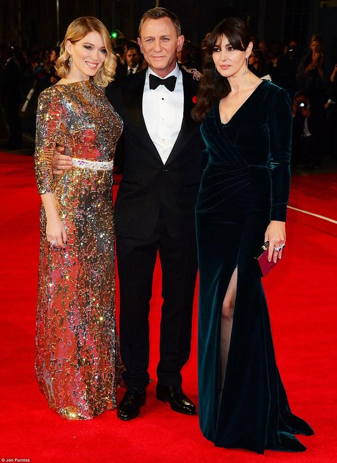 Daniel Craig cùng hai Bond girl