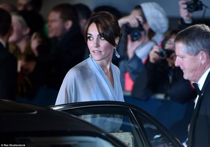 Nữ công tước xứ Cambridge duyên dáng đầm dài