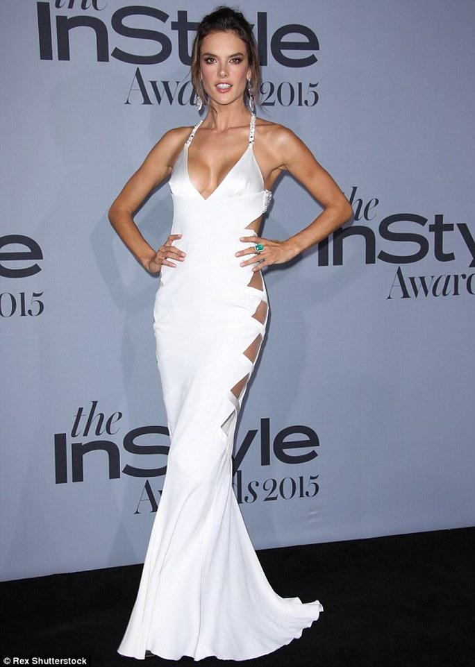 Alessandra Ambrosio đẹp cuốn hút với đầm cắt xẻ nhiều chỗ