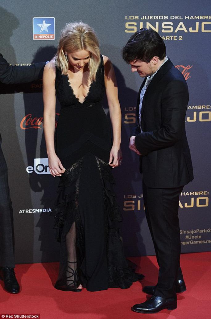 Đầm quá dài gây rắc rối cho Jennifer