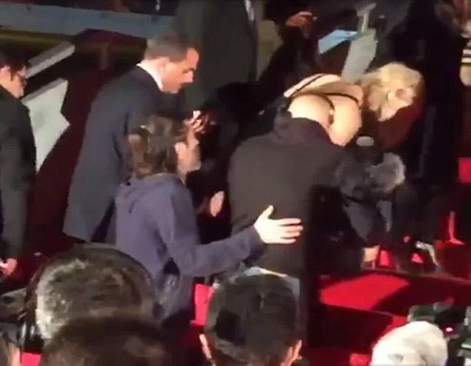 Jennifer Lawrence loạng choạng vì giày cao gót giẫm trúng đầm