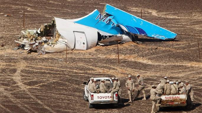 Một số vật thể không thuộc máy bay được tìm thấy tại hiện trường vụ tai nạn. Ảnh: AP