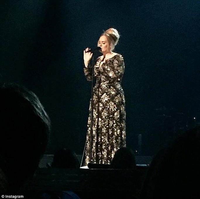 Adele trình diễn trên sân khấu New York sau 4 năm vắng bóng