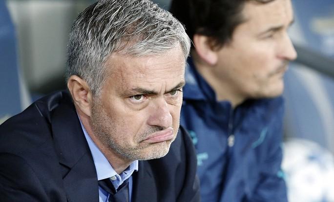 HLV Mourinho hôn Costa để làm lành