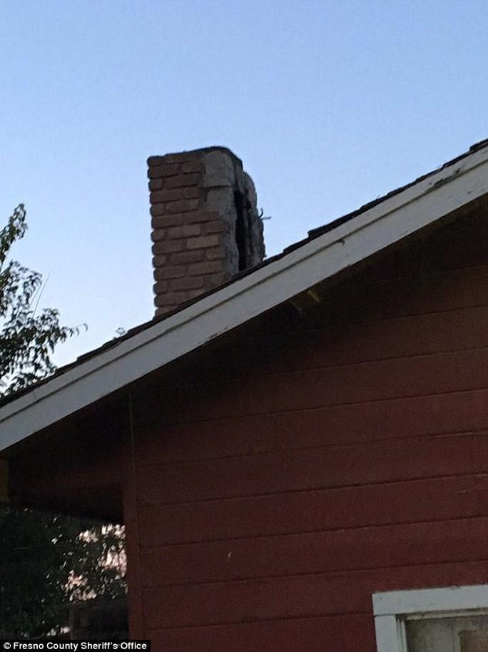 Tên trộm dường như đã lẻn vào nhà bằng đường ống khói. Ảnh: Fresno County Sheriffs office