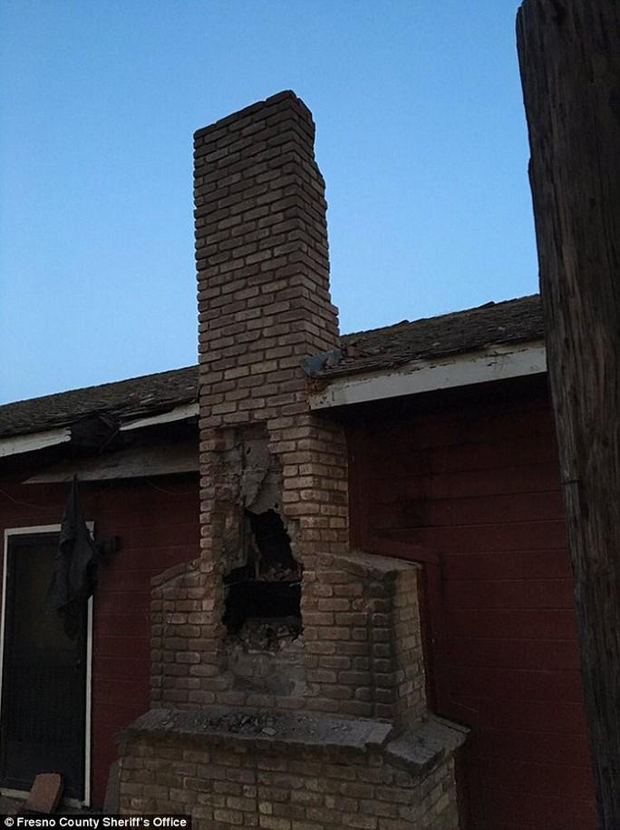 Một phần ống khói bị phá hủy. Ảnh: Fresno County Sheriffs office