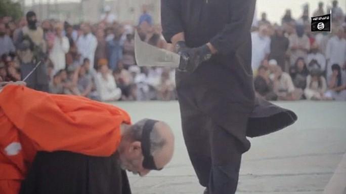 Nhiều người gồm đàn ông và trẻ em chứng kiến cảnh hành quyết man rợ. Ảnh: Daily Mail