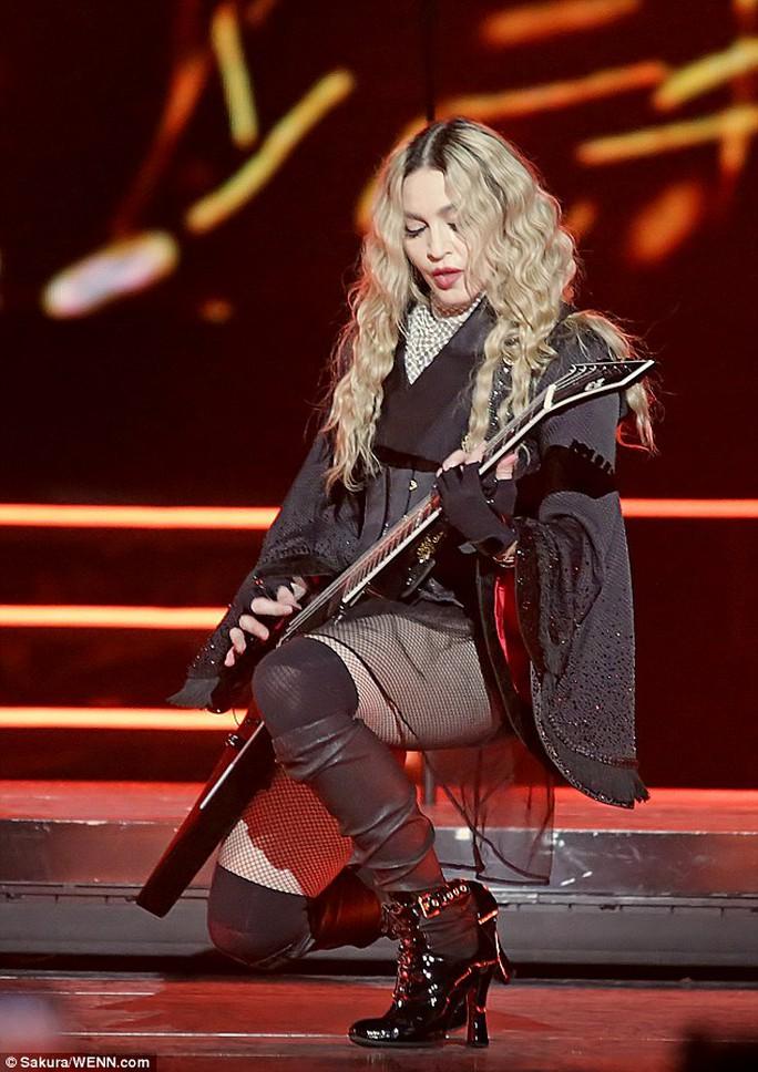 Madonna trình diễn sau khi nổi đóa phản pháo khán giả