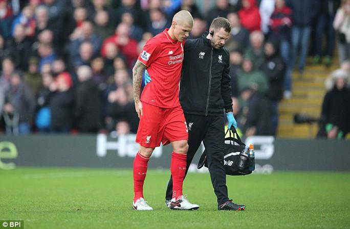 Skrtel rời sân trong trận thua Watford