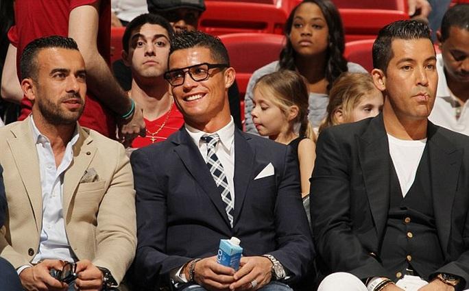Ronaldo được 2 người đẹp chào đón tại Mỹ