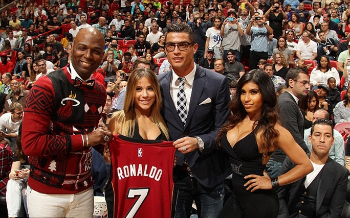 Ronaldo chụp ảnh với 2 người đẹp nóng bỏng