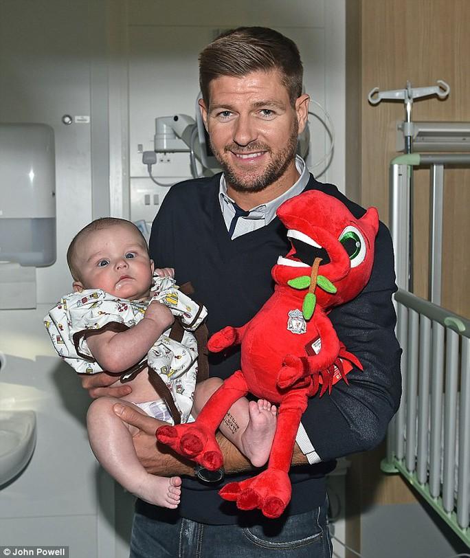 Cựu cầu thủ Liverpool Gerrard tăng quà cho bệnh nhi tại một bệnh viện