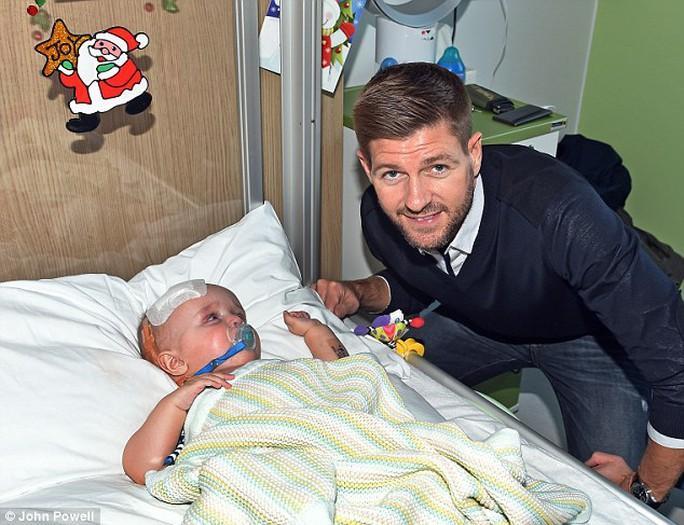 Gerrard trở lại Liverpool để tham gia hoạt động từ thiện cùng đội bóng cũ