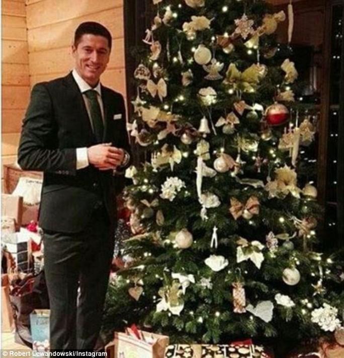 Tiền đạo Lewandowski của Bayern Munich lịch lãm trong bộ vest đón Giáng sinh