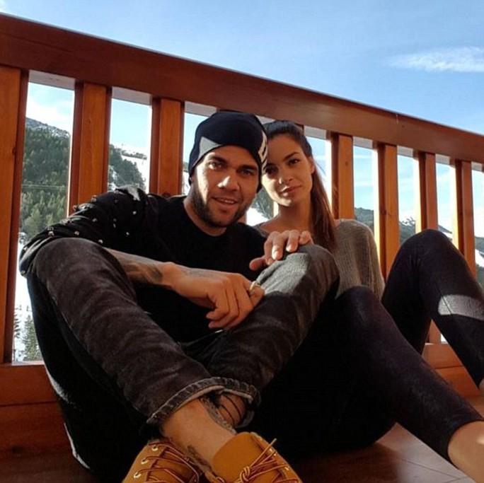 Alves (Barcelona) và bạn gái người mẫu Joana Sanz lãng mạn bên nhau