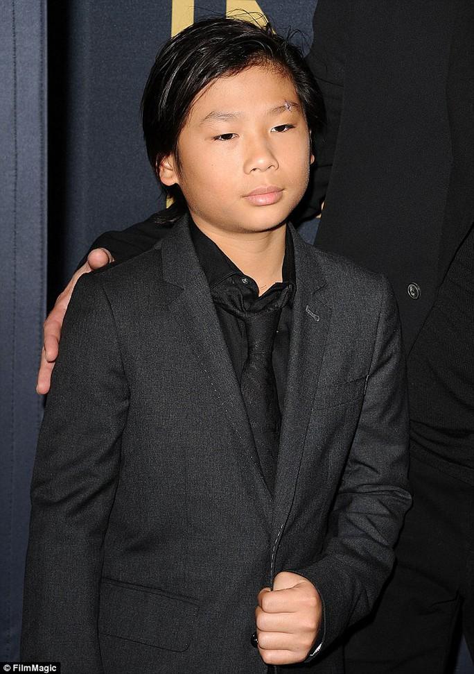 Cậu bé Pax Thiên lịch lãm trên thảm đỏ với cha