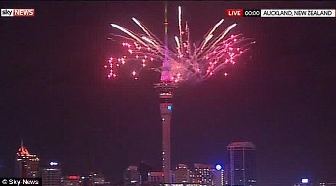 Sky Tower ở Auckland của New Zealand lộng lẫy pháo hoa chào năm mới
