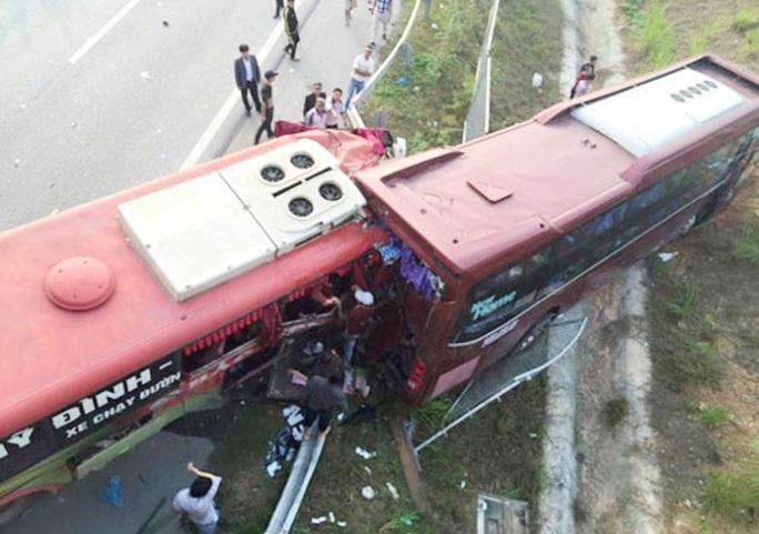 2 xe khách mắc kẹt vào nhau trong vụ tai nạn thảm khốc