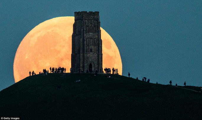 """Người dân đi xem """"trăng máu"""" tại Glastonbury, Somerset, Vương Quốc Anh"""