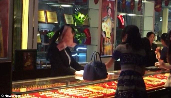 Người phụ nữ ném 3 xấp tiền vào nhân viên bán hàng. Ảnh: News Flare