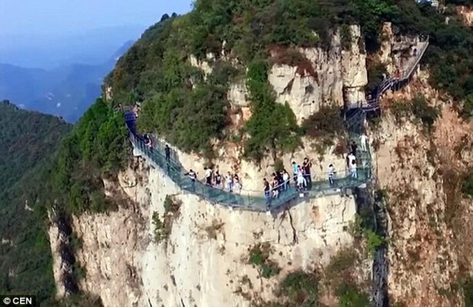Cây cầu kính bắc qua núi Yuntai, tỉnh Hà Nam. Ảnh: CEN