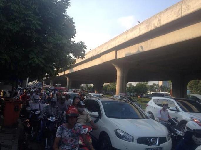 Tuyến đường Khuất Duy Tiến đoạn xảy ra vụ tai nạn bị ùn tắc nghiêm trọng