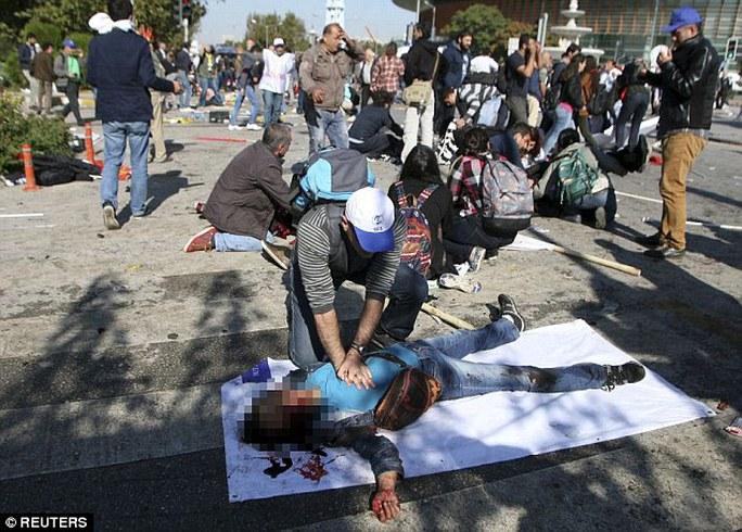 Hiện trường vụ nổ ở Ankara - Thổ Nhĩ Kỳ hôm 10-10. Ảnh: Reuters
