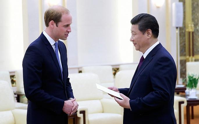 Hoàng tử William (trái) thăm Trung Quốc đầu năm nay. Ảnh: AP