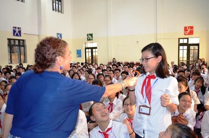 Bà Lisa Wishman, Tuỳ viên báo chí Đại sứ quán Mỹ, giao lưu cùng các em học sinh trường Chu Văn An