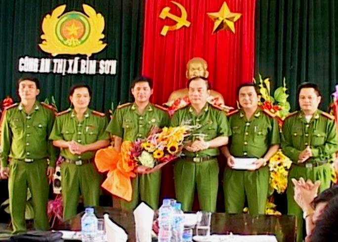 Đại tá Nguyễn Văn Bính, Phó giám đốc Công an tỉnh Thanh Hóa (thứ 3 từ phải qua), trao thưởng cho lực lượng Công an thị xã Bỉm Sơn - Ảnh: Đ.Hợp