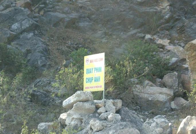 Biển cấm được dựng ngay bên đường vào khu vực mỏ đá...