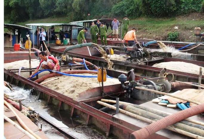 Tàu khai thác cát trái phép được Công an huyện Vĩnh Lộc bắt giữ