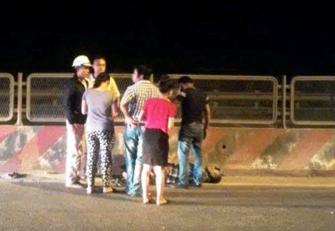 Tài xế chiếc xe bồn bị đánh trọng thương nằm sõng soài trên Quốc lộ 1A đoạn qua Thanh Hóa