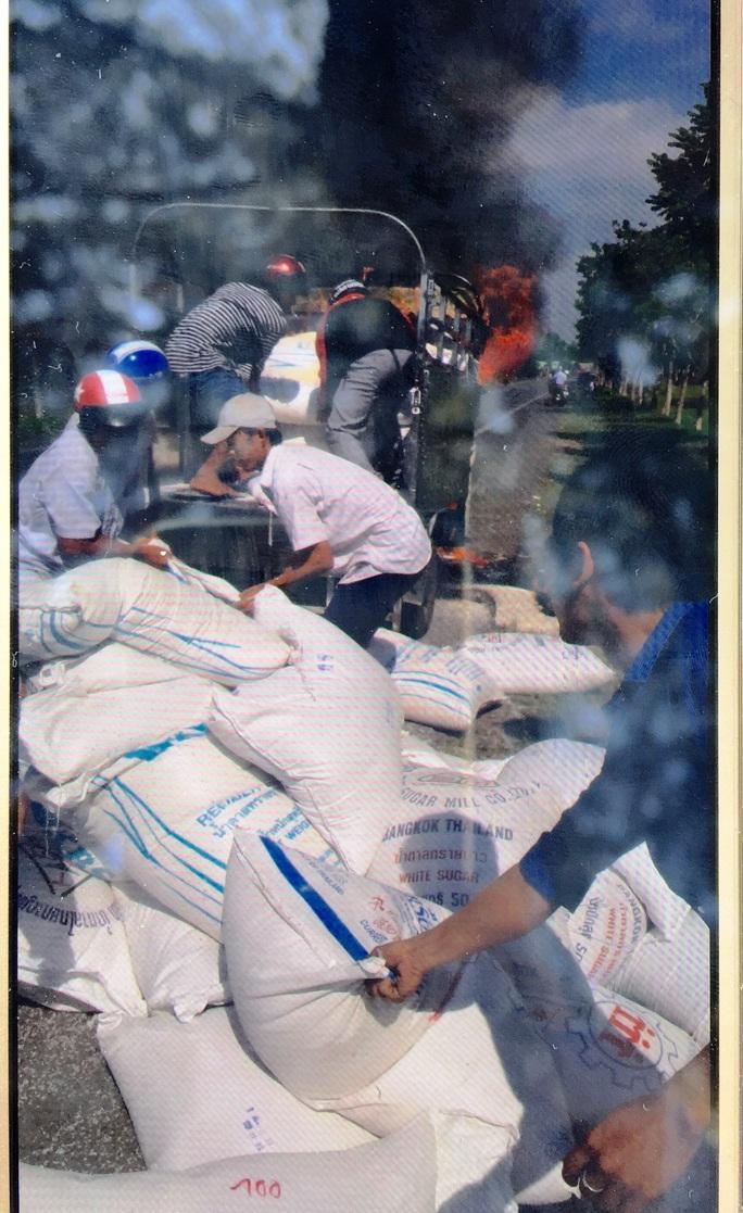 Nhiều người đã cùng bốc hết gạo khỏi xe đang cháy