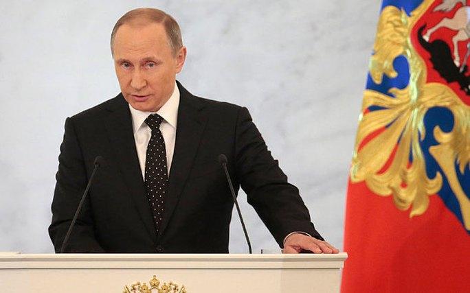 Tổng thống Putin luôn giữ cánh tay phải gần với cơ thể, còn tay trái hoạt động tự do. Ảnh: AP, EPA