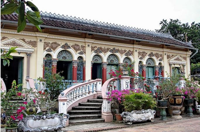 Là một trong những ngôi nhà cổ đẹp bậc nhất miền Tây, đại gia họ Dương - chủ nhân nhà Bình Thủy từng rất cầu kỳ trong việc xây dựng cảnh quan sân vườn đẹp hút mắt.