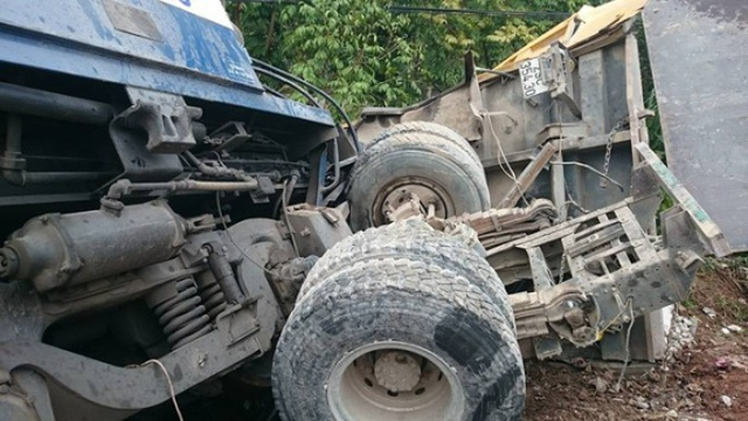 Chiếc xe tải bị biến dạng sau vụ tai nạn