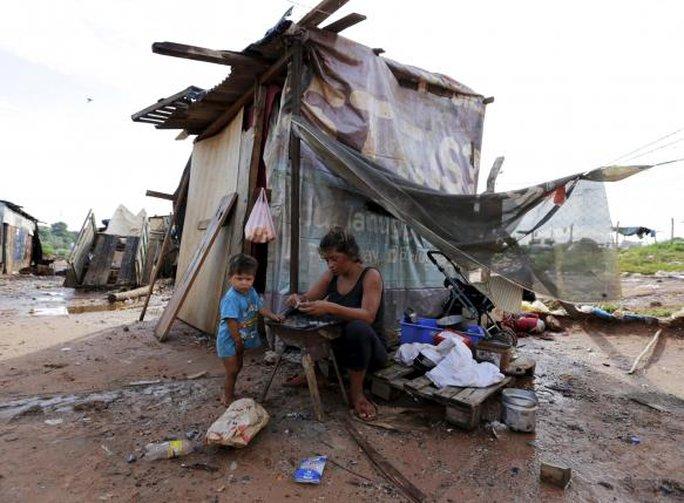 Người dân dựng lều sống tạm chờ nước rút. Ảnh: Reuters