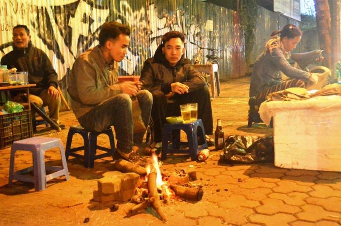 Nhóm lửa sưởi ấm tại quán nước ven đường Lạc Long Quân (Tây Hồ)