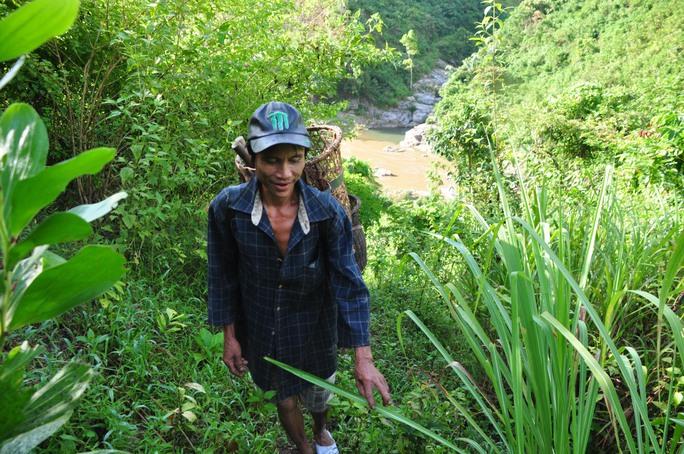 Sáng 8-9, PV Báo Người Lao Động đã đi theo người rừng Hồ Văn Lang vào những khu đồi núi rẫy dốc dựng đứng. Để vào những khu vực người rừng đặt bẫy săn bắt thú rừng, chúng tôi phải đi bộ qua những đồi núi đá 2 giờ đồng hồ
