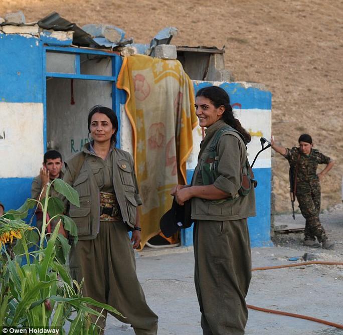 3 cô gái đến từ Thổ Nhĩ Kỳ và là thành viên PKK. Ảnh: Daily Mail