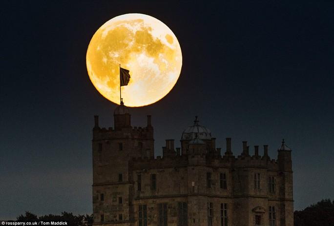 Trăng máu ở Khách sạn Lâu đài Bolsover tại Derbyshire, Vương quốc Anh