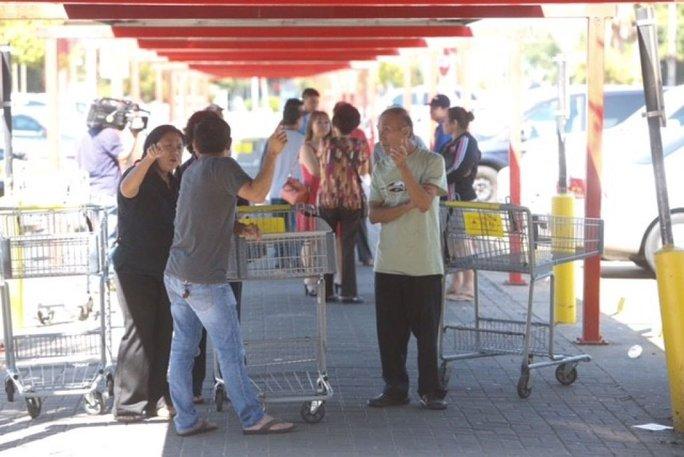 Nhân viên và người mua sắm trong khu chợ được sơ tán. Ảnh: CHRON