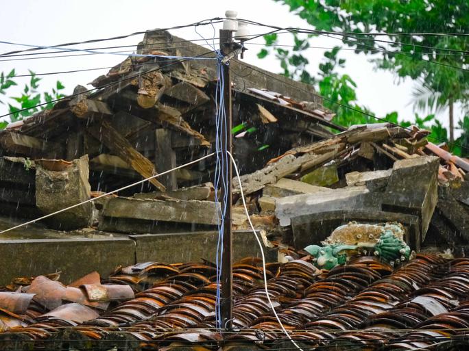 Mái ngói như vậy nên cứ mưa đến là cả ngôi chùa dột tứ bề