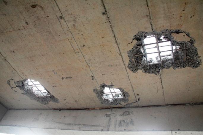 Những mảng bê tông đầu tiên của phần xây sai phạm bị phá dỡ