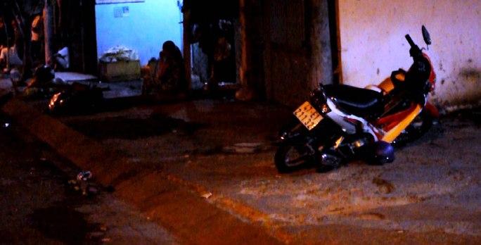 Một xe máy bị tông văng lên vỉa hè