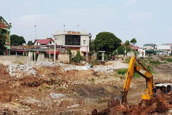 Người dân cho rằng kênh mương dẫn nước thi công qua khu vực thôn Nhâm Tràng là nguyên nhân dẫn tới hiện tượng bất thường trên
