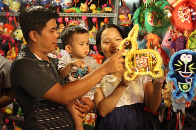 Một gia đình chọn mua lồng đèn cho tết Trung thu tại phố lồng đèn Lương Nhữ Học