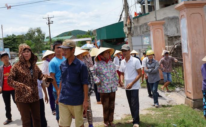 Nhiều phụ huynh kéo đến  UBND xã Nghi Thiết phản đối chủ trương sáp nhập trường