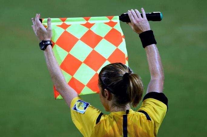 Một trọng tài nữ đang điều hành trận đấu